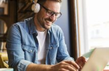 Cursist met laptop en koptelefoon